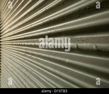 Paroi en acier ondulé en perspective conduisant à un point Banque D'Images