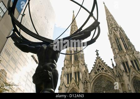 Statue d'atlas par derrière dans le Rockefeller Center avec St Patricks cathédrale en arrière-plan Banque D'Images