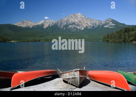 Canot sur un quai en bois sur le lac Pyramid, Alberta Canada Banque D'Images