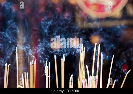 L'encens brûlant à gauche par adorateurs de Wong Tai Sin Temple. Également connu sous le nom de Sik Sik Yuen Wong Banque D'Images