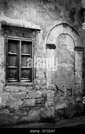 L'extérieur de l'ancienne porte et fenêtre contre weathered building Banque D'Images