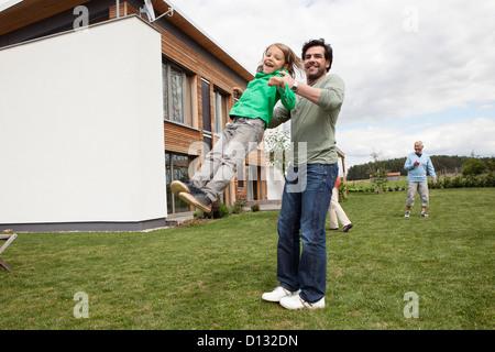 Allemagne, Bavière, Nuremberg, Family playing in garden Banque D'Images