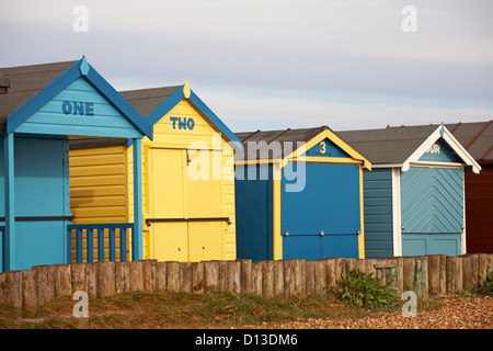 Un, Deux, trois, quatre cabines de plage à Calshot, Hampshire en Novembre Banque D'Images