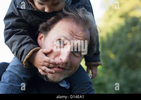Père exerçant son fils sur ses épaules Banque D'Images