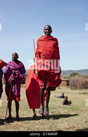 Peuple Masai walking in grassy field