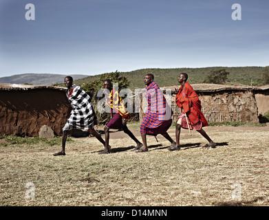 Les hommes masaï walking together