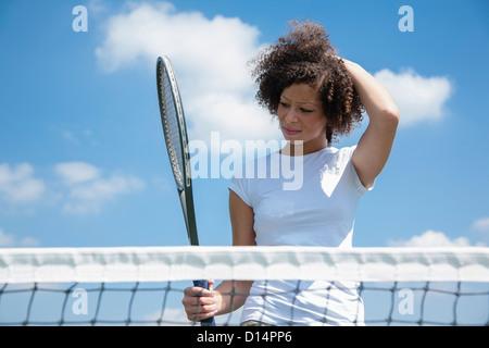 Raquette de tennis player avec sur cour Banque D'Images
