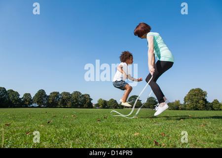 Femme plus âgée à jouer avec sa petite-fille Banque D'Images