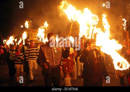 L'étrange festival annuel feu Lewes Bonfire Night qui a eu lieu le soir, le 5 novembre, à Lewes, East Sussex, Angleterre Banque D'Images