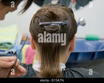 Garçon ayant une coupe de cheveux à la Hairdressers Banque D'Images