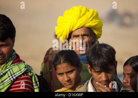 Homme portant un turban jaune juste à Pushkar au Rajasthan, en Inde Banque D'Images