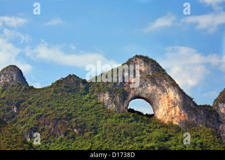 Moon Hill à l'extérieur de la région autonome du Guangxi, Yangshuo, Chine Banque D'Images