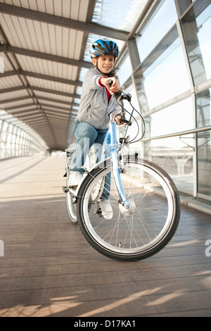 Girl riding bicycle in city tunnel Banque D'Images