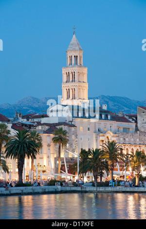 Crépuscule sur la promenade du front de mer et tour de la cathédrale de saint Domnius dans la ville de Split en Banque D'Images