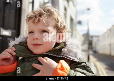 Petit garçon à l'extérieur, le port de parka Banque D'Images