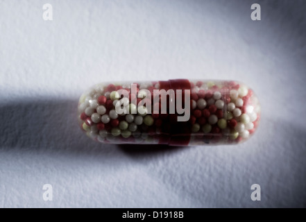 Capsule contenant de minuscules comprimés Banque D'Images