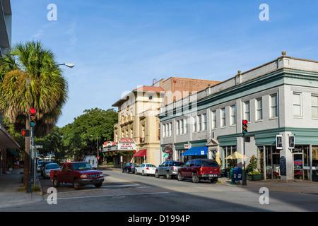 Abercorn Street à l'intersection avec East Broughton Street dans le centre-ville historique de Savannah, Georgia, Banque D'Images
