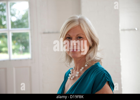 Portrait of young woman wearing pearl necklace Banque D'Images