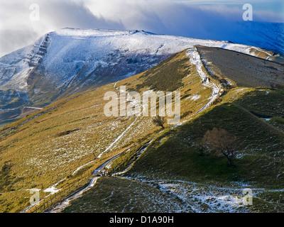 À la recherche de l'arrière le long de la crête en direction de Mam Tor Tor en hiver , Parc national de Peak District Banque D'Images