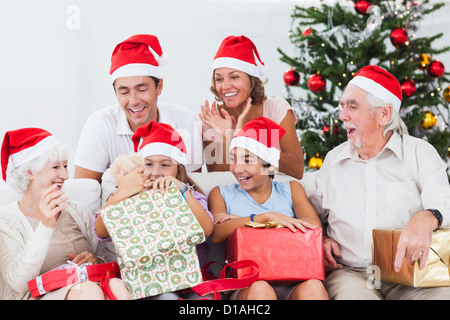 Little girl opening christmas present Banque D'Images
