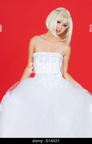 Portrait belle jeune femme en robe de mariage assis