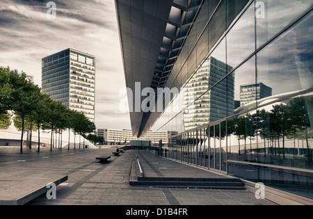 L'architecture moderne, les reflets dans les fenêtres du Centre des Congrès, Place de l'Europe, Kirchberg, Luxembourg, Europe Banque D'Images