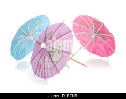 Trois cocktails colorés de parasols. Isolé sur fond blanc Banque D'Images