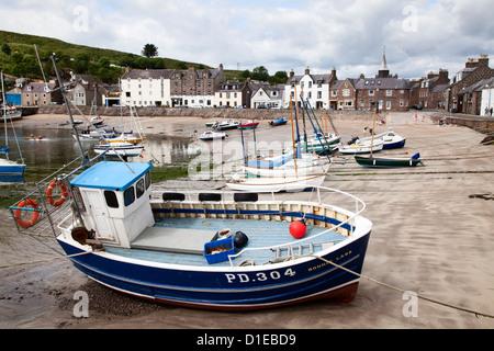 Bateau de pêche échoués dans le port de Stonehaven, Aberdeenshire, Ecosse, Royaume-Uni, Europe Banque D'Images