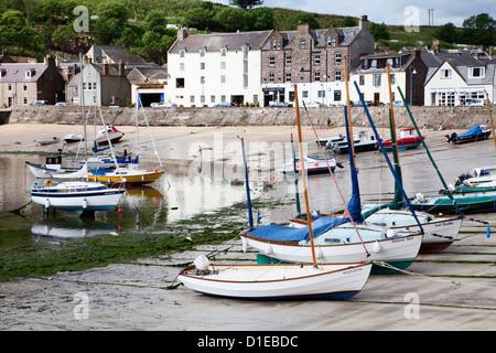 Bateaux échoués sur le port de Stonehaven, Aberdeenshire, Ecosse, Royaume-Uni, Europe Banque D'Images