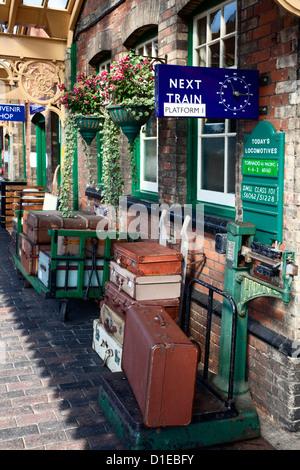 Assurance sur la plate-forme à Sheringham Station sur la ligne de pavot, North Norfolk Railway, Norfolk, Angleterre, Banque D'Images