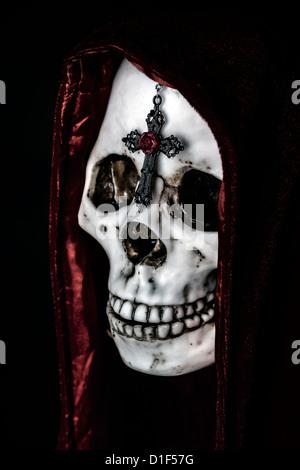 Un chevalier mort avec un manteau rouge et une croix sur son front Banque D'Images