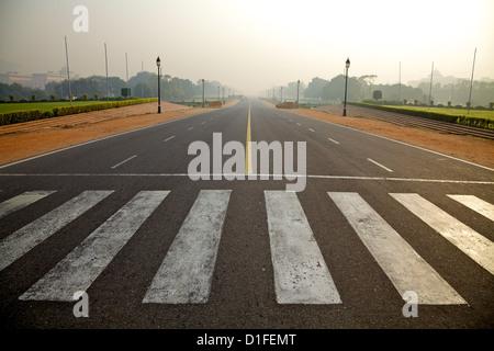 Low angle view of Rajpath menant jusqu'à la porte de l'Inde à New Delhi, Inde Banque D'Images