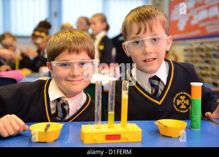 Au cours d'une classe de sciences des élèves à Notre Dame et St Werburgh's Catholic Primary School à Newcastle-under Banque D'Images