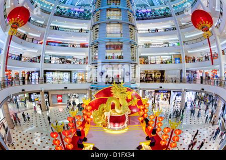 Intérieur d'un complexe commercial moderne au pied des tours Petronas, Kuala Lumpur, Malaisie, Asie du Sud, Asie Banque D'Images