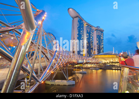 L'Helix Bridge et Marina Bay Sands, Marina Bay, à Singapour, en Asie du Sud-Est, l'Asie Banque D'Images
