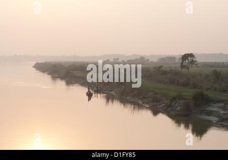 La lumière tôt le matin au lever du soleil sur le fleuve Hooghly Hugli (rivière), les régions rurales du Bengale Banque D'Images