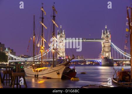 Tower Bridge et les grands voiliers sur la Tamise, Londres, Angleterre, Royaume-Uni, Europe