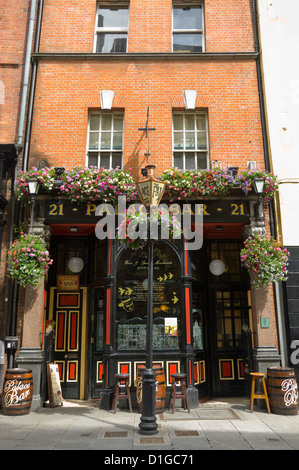 Vue verticale de l'décorées à l'extérieur du Palace Bar pendant la journée dans le quartier de Temple Bar de Dublin. Banque D'Images