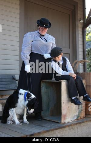 Une femme, un chien et un enfant en attente sur une plate-forme de train depot