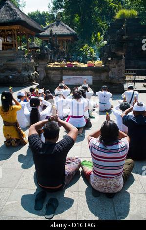 Les gens priaient à Pura Tirta Empul Temple Hindou, Tampaksiring, Bali, Indonésie, Asie du Sud, Asie