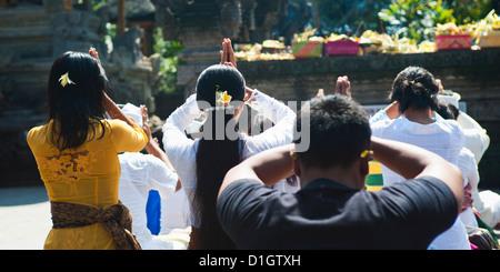 Les balinais priant, Pura Tirta Empul Temple Hindou, Tampaksiring, Bali, Indonésie, Asie du Sud, Asie