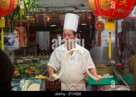 Washington, DC - un travailleur fait nouilles dans un restaurant chinois du quartier de Chinatown à Washington. Banque D'Images