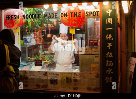 Washington, DC - un travailleur fait nouilles dans le Chinatown Express, un restaurant chinois à Washington's Chinatown Banque D'Images