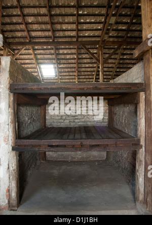 Intérieur de l'une des baraques dans l'ancien d'Auschwitz II-Birkenau camp de concentration en Pologne du sud. Banque D'Images