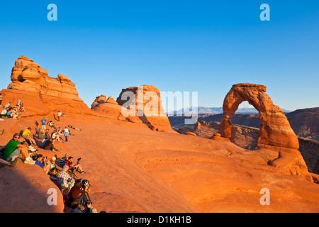 Les photographes et les touristes à Delicate Arch dans Arches National Park près de Moab Utah USA United States Banque D'Images