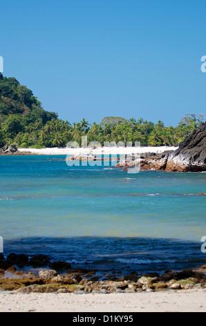 Vue sur la plage de sable de Playa Manuel Antonio o Playa Tres Playas Gemelas dans de Parc National Manuel Antonio, Banque D'Images