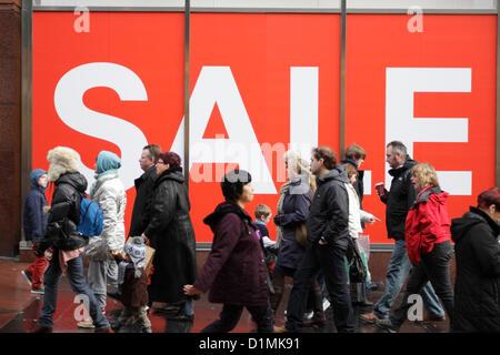 Shoppers adoptant une vente signer dans une vitrine, UK Crédit: Kenny Williamson / Alamy Live News Banque D'Images