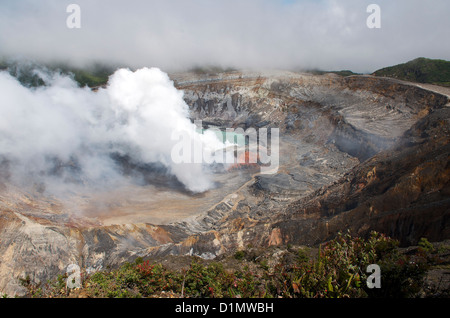 L'acide sulfurique nuage de gaz s'élevant de la cratère actif dans le Parc National du Volcan Poás, Province d'Alajuela, Banque D'Images