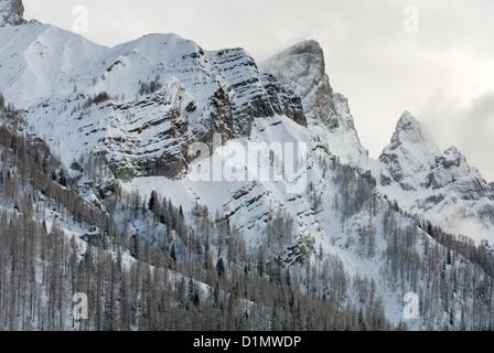 Montagnes couvertes de neige dans la zone connue sous le nom de Dolomites, dans le Nord de l'Italie Banque D'Images