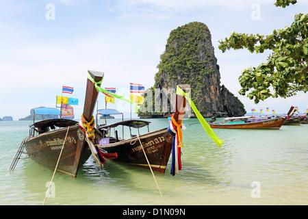 Thai traditionnels bateaux à longue queue Phranang Cave Beach, Railay Beach, Krabi, Phuket, Thailand Banque D'Images